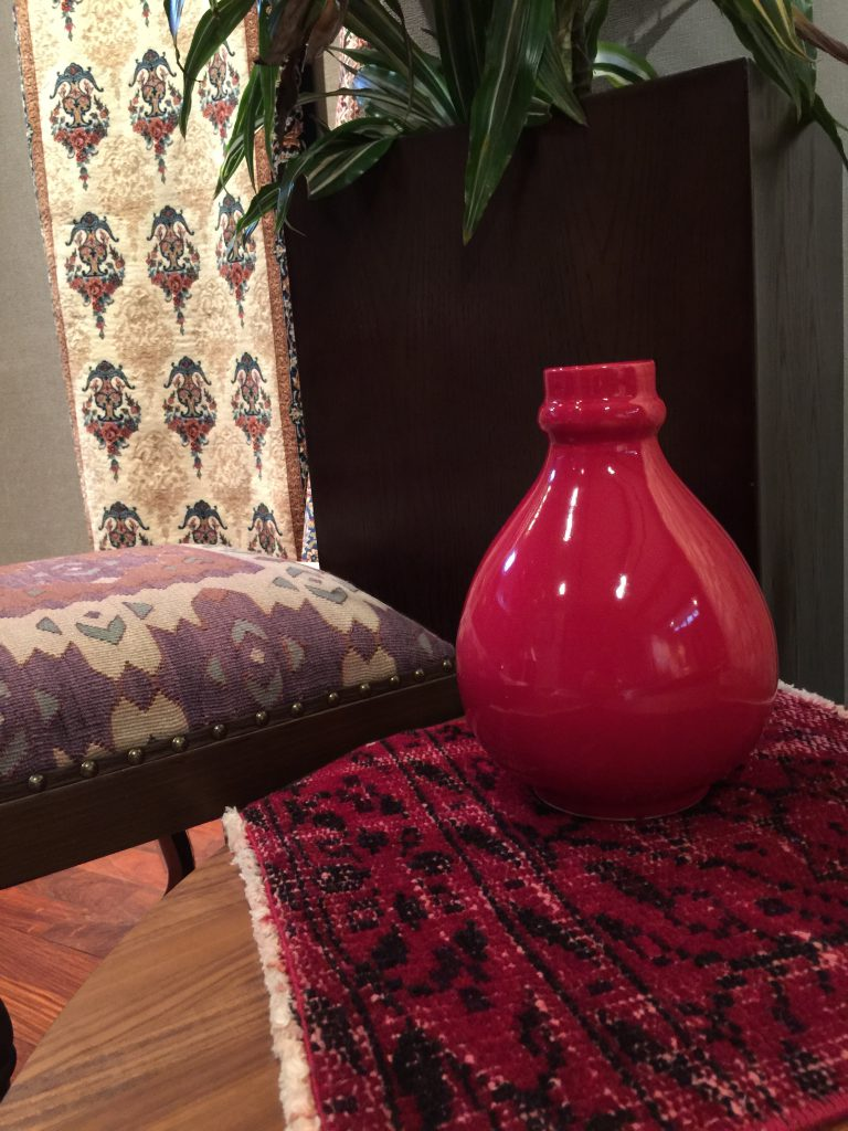 2階にもステキな✨絨毯ございます。 🙂赤の陶器にトルコ🇹🇷の小さいサイズのモダンアンティークを合わせて。グッとシックな印象に。 38×38       ¥6,160 キリムチェアも絨毯に合わせて選んでみてください。 40×40×68(H)¥49,500